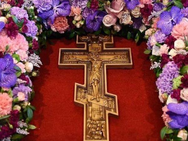 Хрестопоклонна неділя нагадує нам про сильну зброю, тією зброєю є святий хрест.