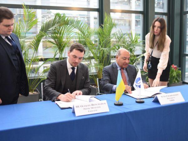 Олексій Гончарук в Лондоні підписав  документи на 900 млн євро на будівництво доріг