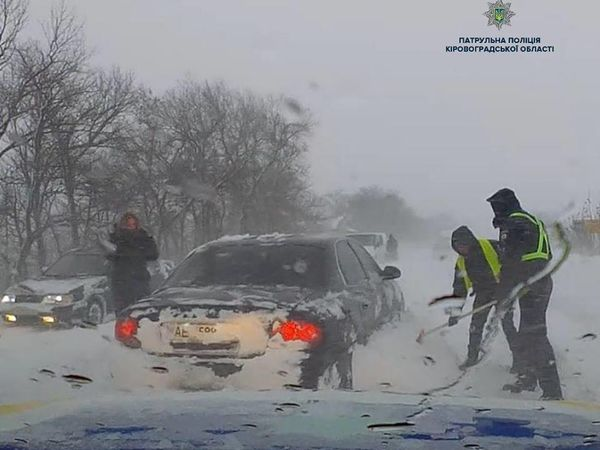 Кропивницькі патрульні завжди поспішають на допомогу автолюбителям