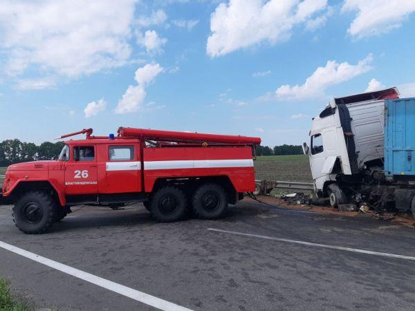 На Кіровоградщині сталася аварія за участі трьох вантажівок і легковика (ФОТО)