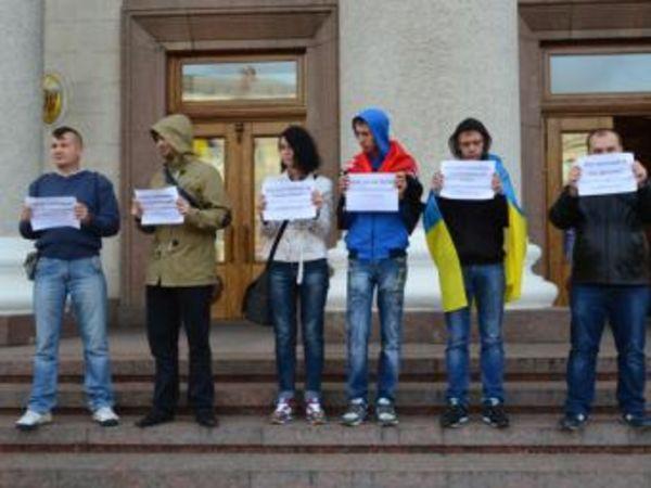 Под стенами горсовета протестовали против проведения опроса по поводу переименования города