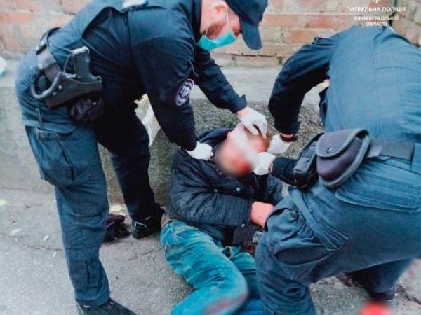 Кропивницький: У центрі міста чоловік травмував голову