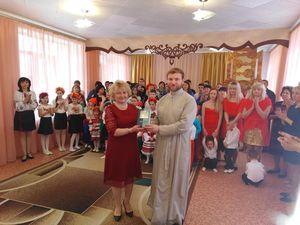 Священик подарував вихованцям спецшколи Священну Біблійну історію