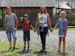 """Оксана Марченко на """"Интере"""" построит дом для девочки, которая в 14 лет стала мамой для братьев и сестры"""