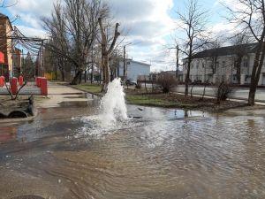 Як на Новомиколаївці фонтанувала вода по ціні «Боржомі» (ФОТО, ВІДЕО)