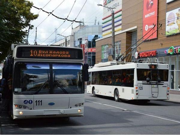 У Кропивницькому подружжя через прохання кондуктора одягти маски розбило скло автобуса (ВІДЕО)