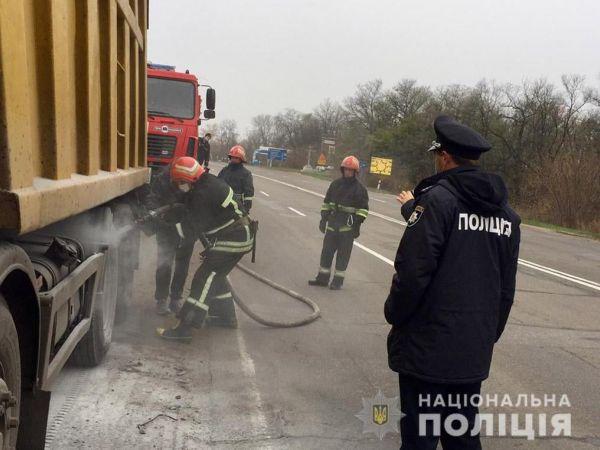 Кіровоградщина: На трасі зайнялася вантажівка з вугіллям (ФОТО)