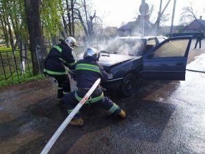 Кіровоградщина: У Долинській рятувальники загасили пожежу легкового автомобіля