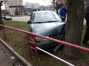 Кропивницький: В районі Критого ринку іномарка врізалася у дерево