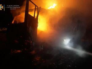На Кіровоградщині зайнялися дві вантажівки та старий легковик