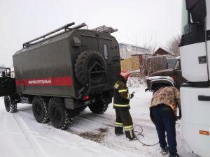 На дорогах Кіровоградщини рятувальники витягують авто зі сніжних заметів (ФОТО)