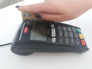 На карантині українці стали в 2,5 рази рідше знімати готівку в банкоматах