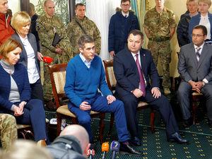 Глави оборонних відомств України та  Британії зустрілися з родинами полонених військових моряків