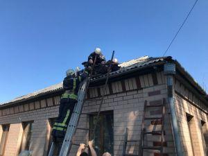Олександрівка: рятувальники зняли з даху будинку чоловіка