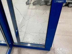 Кропивницький: У спальному районі юнаки розбили скло у магазині (ФОТО)