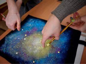 """У Музеї мистецтв розписували футболки у """"галактичних"""" кольорах (ФОТО)"""