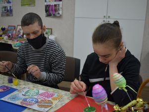 У Кропивницькому діти з інвалідністю розмальовували писанки