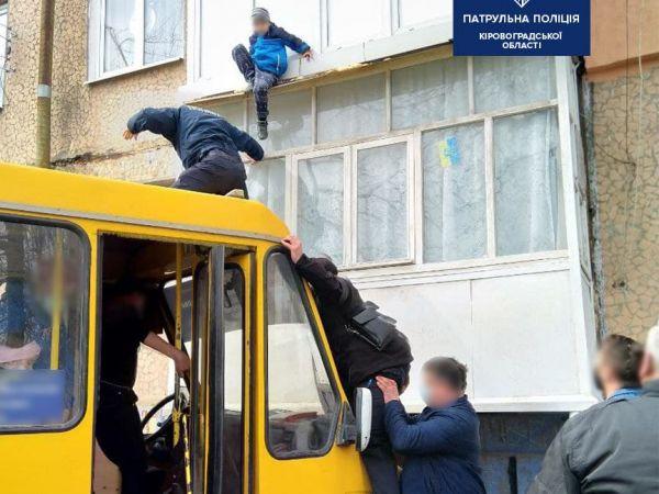 У Кропивницькому з балкону другого поверху мало не зірвався хлопчик