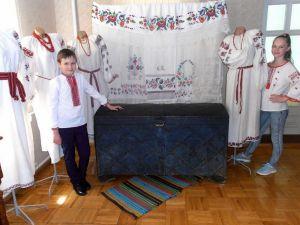 У музеї Карпенка-Карого представили інсталяцію з сорочок та рушників