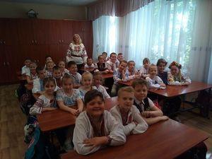 До Дня вишиванки вихованці гімназії Шевченка вбралися у вишиті сорочки