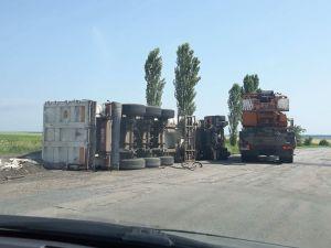 """Водій перевернутої на об'їзній вантажівки стверджує, що """"напився"""" перед приїздом патрульних (ФОТО)"""