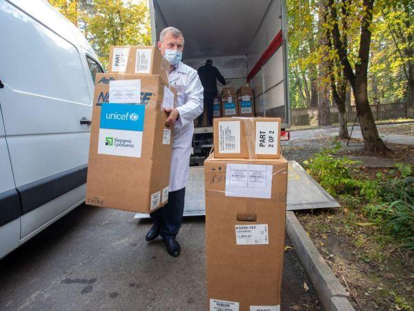 ПриватБанк та ЮНІСЕФ передають кисневі концентратори лікарням