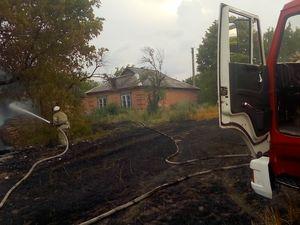 На Кіровоградщині біля приватного будинку загорілись сінник і трава