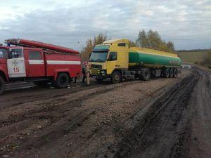 У Добровеличківському районі на складній дорозі застрягло  вантажне авто «VOLVO»