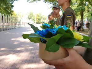 У Кропивницькому з нагоди Дня прапора поклали квіти до меморіалу загиблих бійців (ФОТО, ВІДЕО)