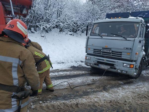 На Кіровоградщині вантажні автівки застряють на поганих дорогах
