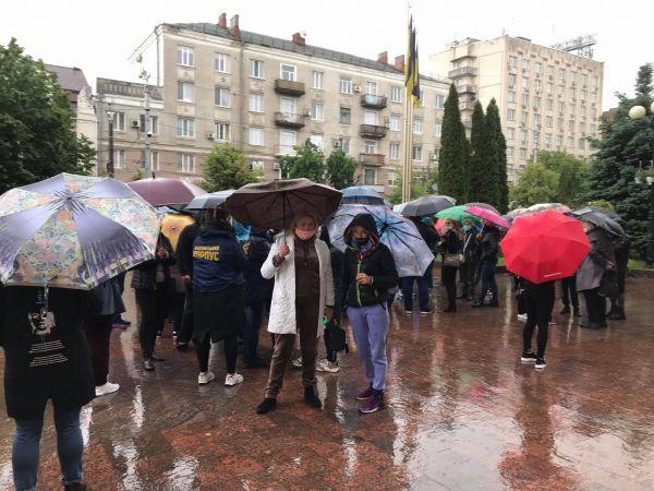 «Ми хочемо їсти»: у Кропивницькому підприємці вийшли на мітинг під міську раду (ФОТО)