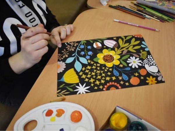 Кропивницький: Як у Музеї мистецтв малювали квіти в стилі Марії Приймаченко (ФОТО)