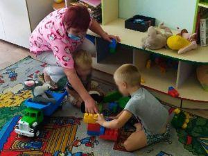 У Кропивницькому чоловік покинув двох дітей під дверима ліцею (ВІДЕО)