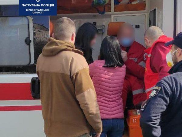 Патрульні допомогли дівчині, яка ледь не втратила свідомість на вулиці