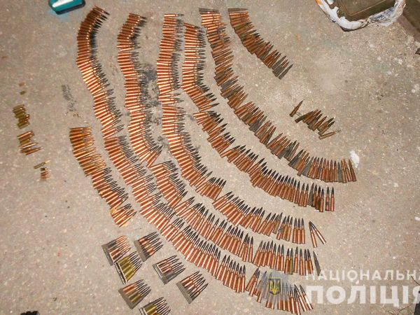 Кропивницький: У гаражі чоловік зберігав боєприпаси та наркотики (ФОТО)