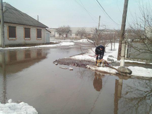 Рятувальники відкачують талу воду з підвалів і доріг