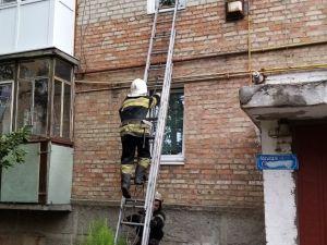 Рятувальники витягували хвору жінку через вікно