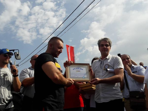 Відео рекорду України, який встановили четверо силачів у Кропивницькому