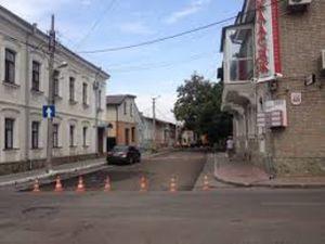 Кропивницький: Комунальники продовжують нівечити новенький асфальт по Чорновола (ВІДЕО)