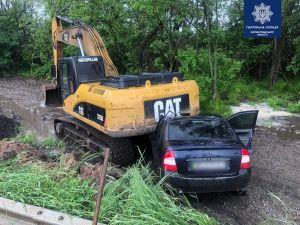 Кіровоградщина: Легковик вилетів у кювет і врізався у екскаватор  (ФОТО)