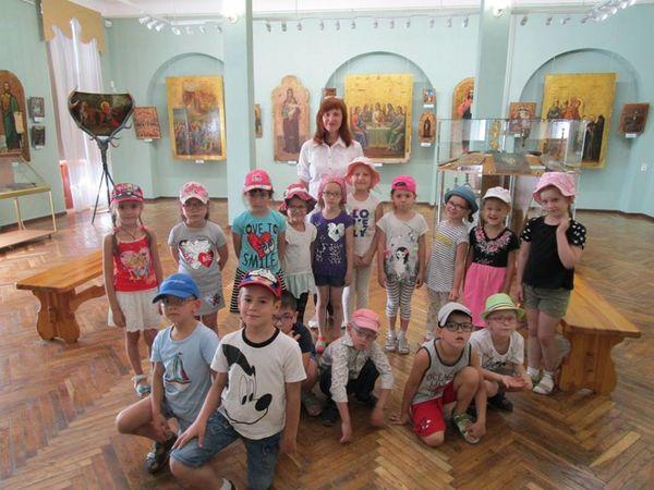 """Як вихованці дитсадка """"Краплинка"""" навчались робити ляльки-мотанки у художньому музеї (ФОТО)"""