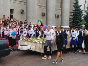 У Кропивницькому протягом десяти хвилин з'їли 264-кілограмовий пиріг (ВІДЕО)