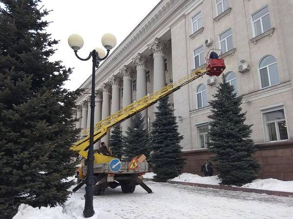 Свято відступає: з ялинок біля міської ради Кропивницького знімають прикраси