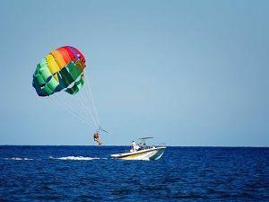 У Єгипті туристка невдало політала на водному парашуті