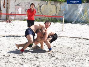 """Кропивницький патрульний виборов """"срібло"""" на чемпіонаті з пляжної боротьби"""