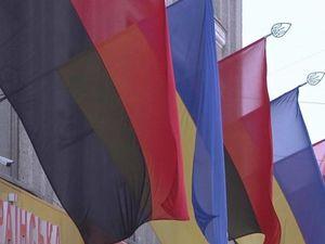 Відтепер у Знам'янці на держустановах майорітимуть червоно-чорні прапори