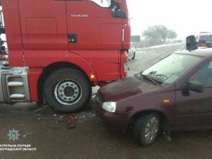 Під Кропивницьким вантажівка MAN зіткнулась з автомобілем ВАЗ (ФОТО)