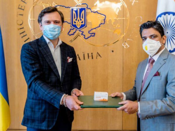 Індія офіційно передала Україні 30 тисяч таблеток противірусного препарату