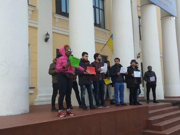 Кропивницький: студенти медичного університету вийшли на протест (ФОТО)