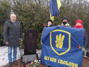 У День добровольця кропивницькі націоналісти відвідали могили побратимів